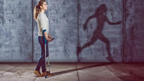 Verletzte Frau mit rennendem Schatten