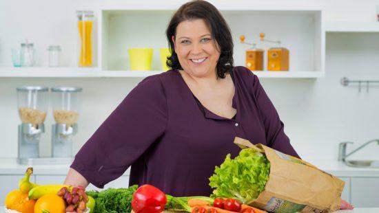 übergewichtige junge frau ernährt sich gesund